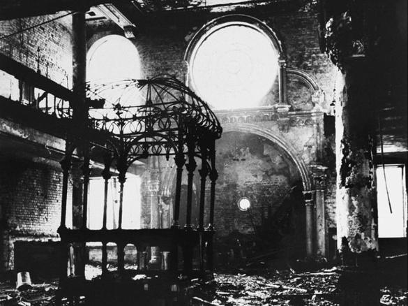 En svartvit bild inuti en utbränd synagoga.