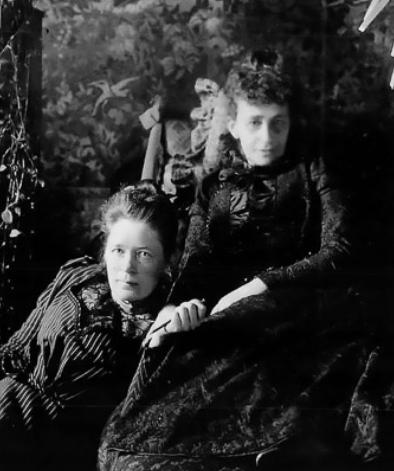 Bilden visar två äldre kvinnor som sitter nära varandra.
