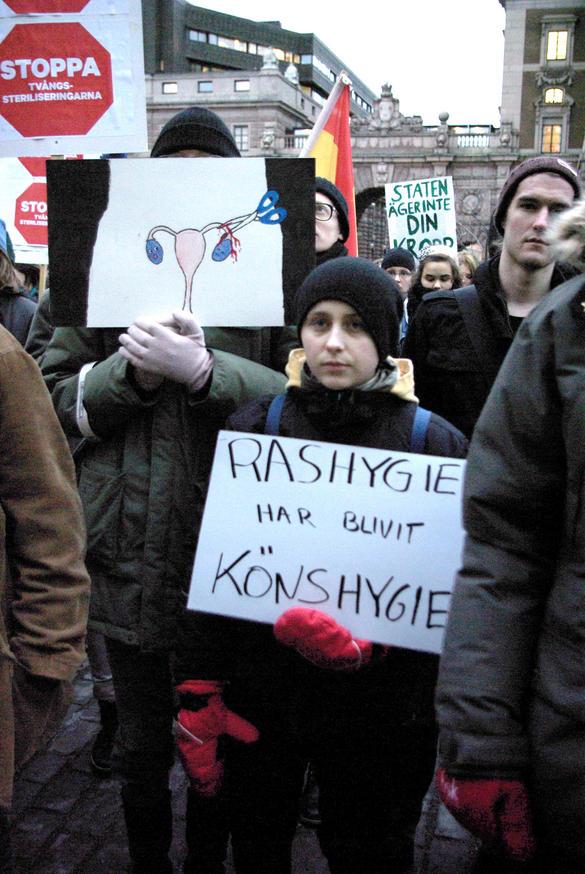Bilden föreställer personer vid en manifestation mot tvångssteriliseringar utanför riksdagen i Stockholm