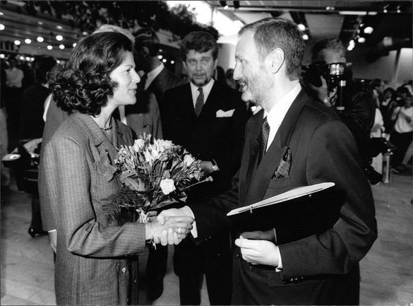 Bilden visar Sighsten Herrgård och Drottning Silvia som skakar hand.