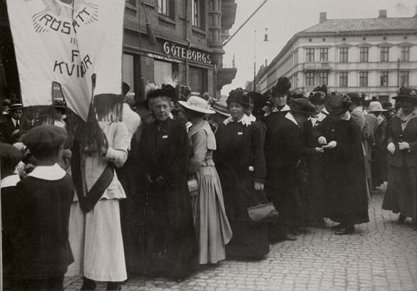 Bilden visar människor i en demonstration.