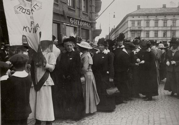 Bilden föreställer en demonstration för kvinnors rösträtt