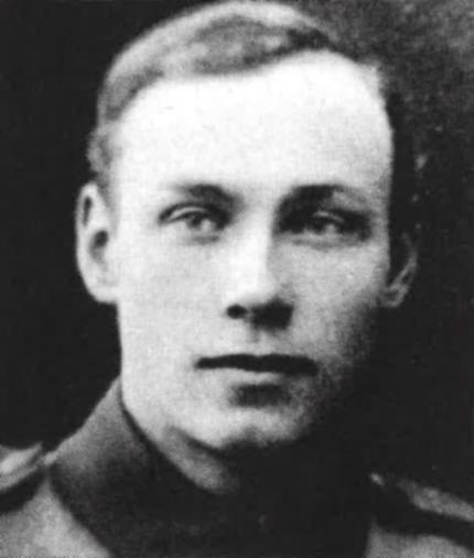Bilden visar ett svartvitt foto av en ung man.