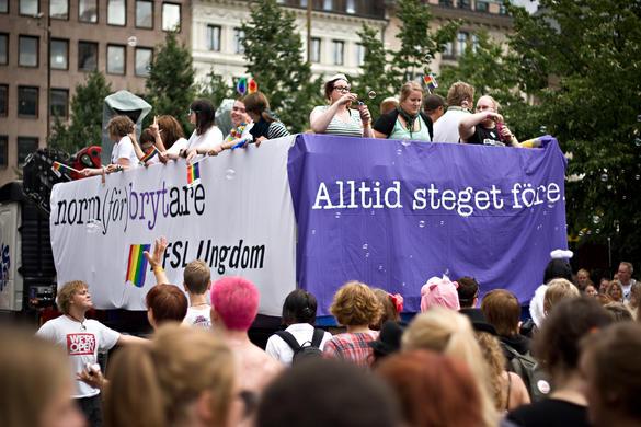 Bilder föreställer lastbilsflak på Stockholm Pride med många människor från RFSL Ungdom