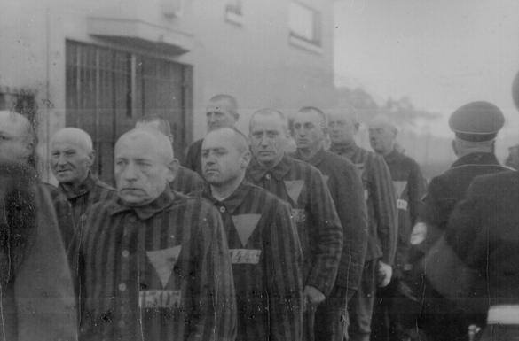 Bilden föreställer fångar vid det nazityska koncentrationslägret Sachsenahusen 1938