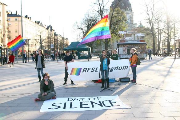 Bilden föreställer personer med regnbågsflaggor vid manifestation kallad Day of Silence