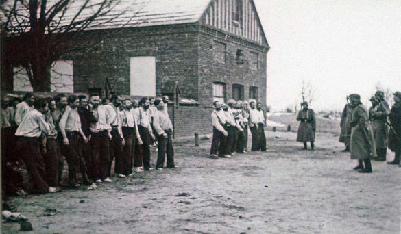 Polska judar står på rad och som ska arresterats av Nazityskland.