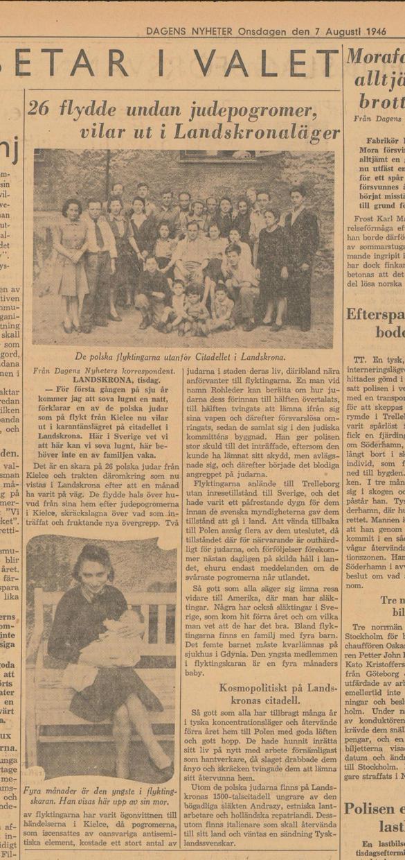 """Bilden visar ett tidningsurklipp med en kort artikel med rubriken \""""26 flydde undan judeprogromer, vilar ut i Landskronaläger\"""" och en bild på 26 uppradade personer framför ett hus."""