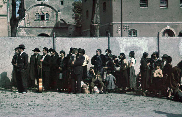 Romer står i kö i väntan på transport till läger.