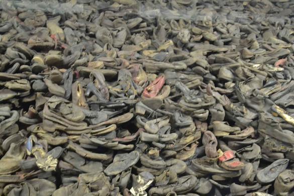 Fångars skor samlade i en hög i Auschwitz I.