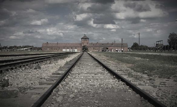 Bild framifrån på Auschwitz-Birkenau.