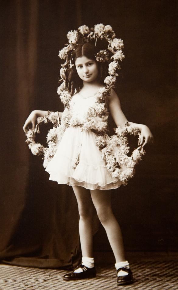Foto på Livia Fränkel när hon var liten, klädd som blomserflicka.