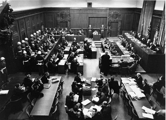 Svartvit bild från rättegångarna i Nürnberg tagen uppifrån.
