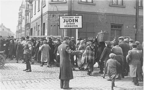 Bild på det judiska ghettot i Polen med en lite mindre folksamling.