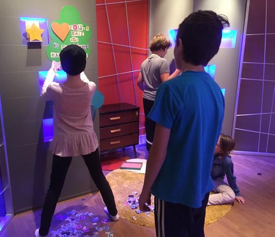 Bilden visar elever som bygger en utställning.