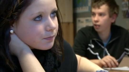 Foto på elever som medverkar i filmen om lärarmaterialet.