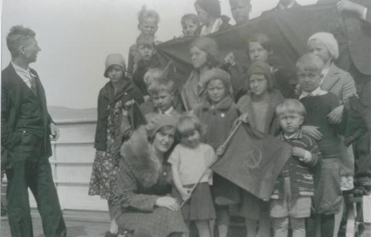 Foto på Thelma Skinkis tre och ett halvt år gammal med röd fana i handen.