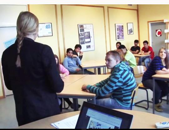Läraren Anna arbetar med Uppdrag: demokrati i klassrummet.