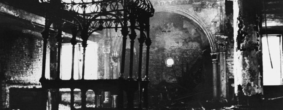 Bilden visar insidan av en kyrka som brunnit.
