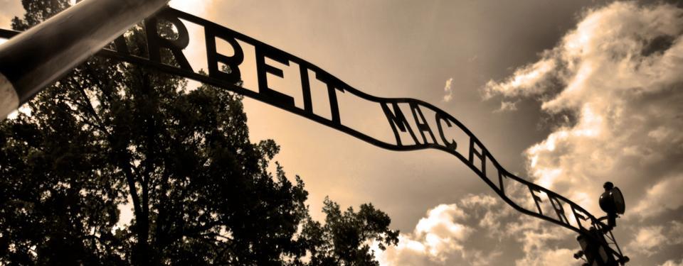Skylt ovanför entrén till Auschwitz