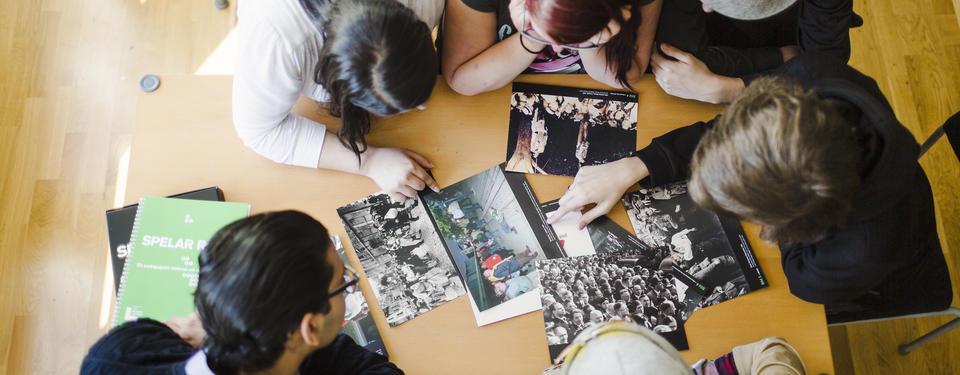 Bilden visar elever som tittar på bilder.