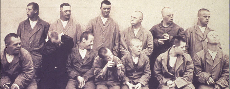 Bilden visar en gruppbild på tretton pojkar.