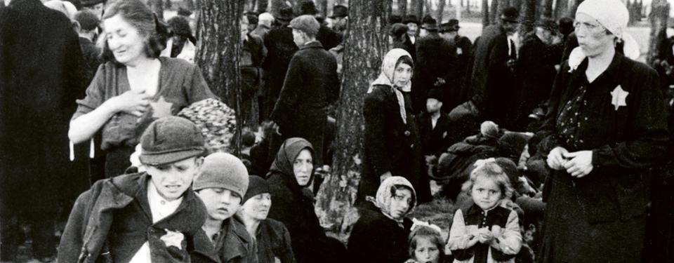 Judiska kvinnor, barn och gamla väntar i en skogsdunge 100 meter från en av gaskamrarna i förintelselägret Auschwitz -Birkenau.