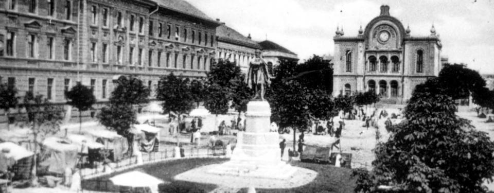 Bilden visar ett svartvitt fotografi av en stad.