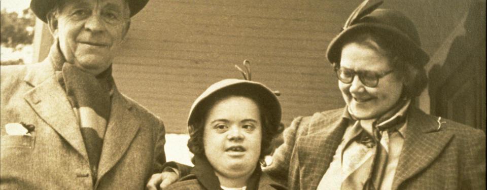 Bilden visar en man och en kvinna med ett barn emellan sig.
