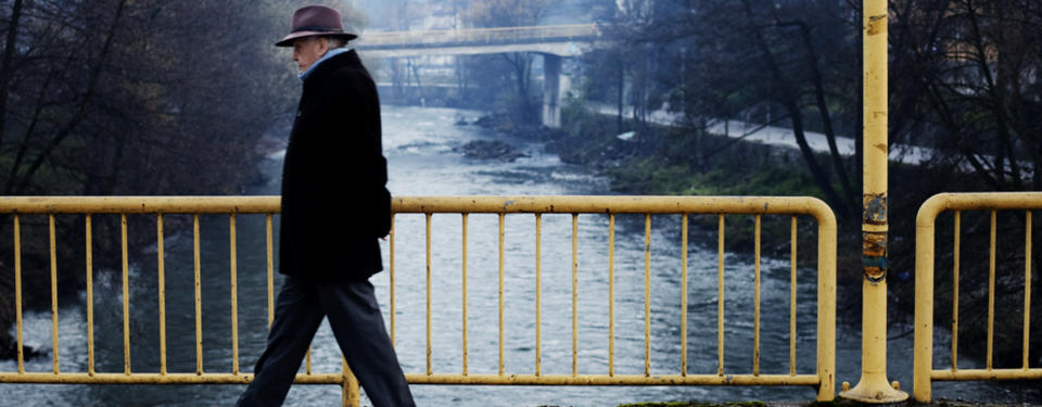 Bild av en man på en bro.