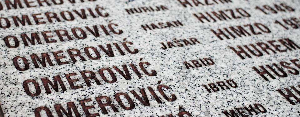 Bilden visar närbild på text på sten.