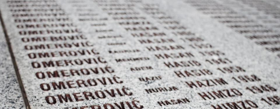Bilden visar namn inhuggna i sten.