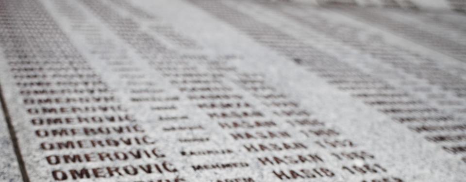 Bilden visar mängder av namn inhuggna i sten.