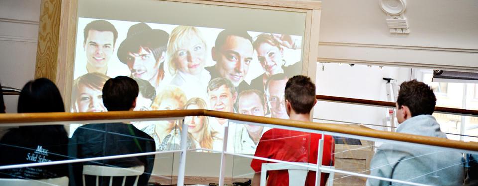 Foto på elever i utställningen (O)mänskligt.