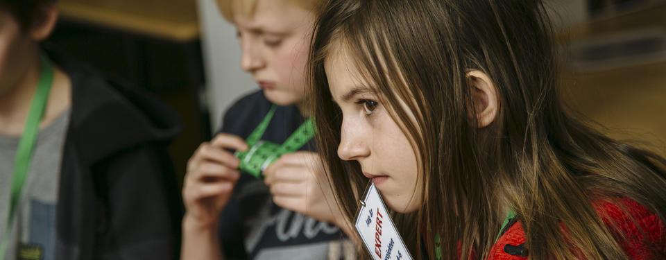 Bilden visar elever som deltar i utställningen Alla människor.