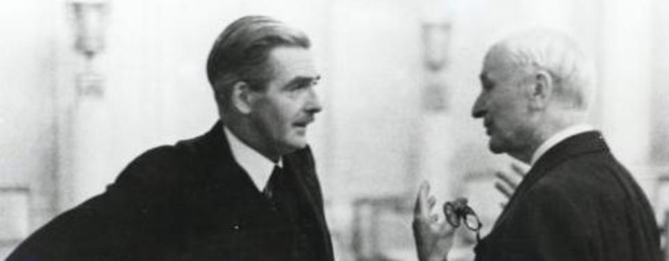 En närbild på två samtalande män.