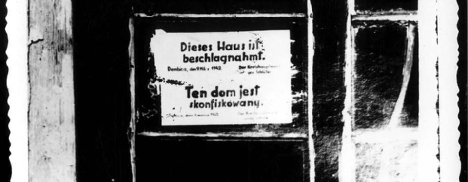 Bilden visar dörr med lapp med texten: dieses haus ist beschlagnahmt. Ten dom jest skonfiskowany.