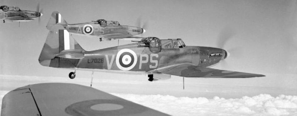 Bilden visar tre flygande brittiska jaktflygplan.