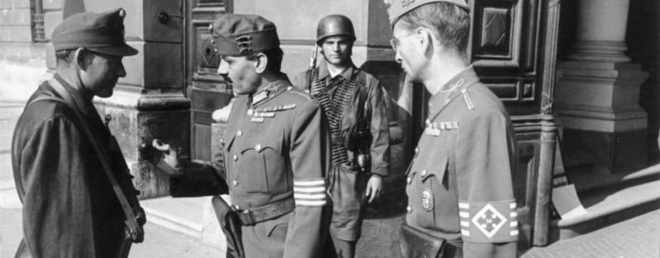 Bilden visar ett svartvitt fotografi av fyra män.