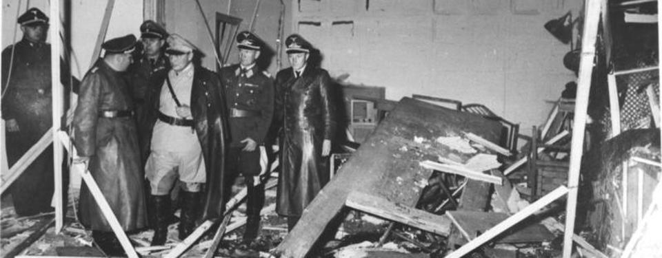 Bilden visar sex militärer ståendes i förstört rum.