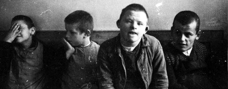 Bilden visar fyra sittande ungdomar.