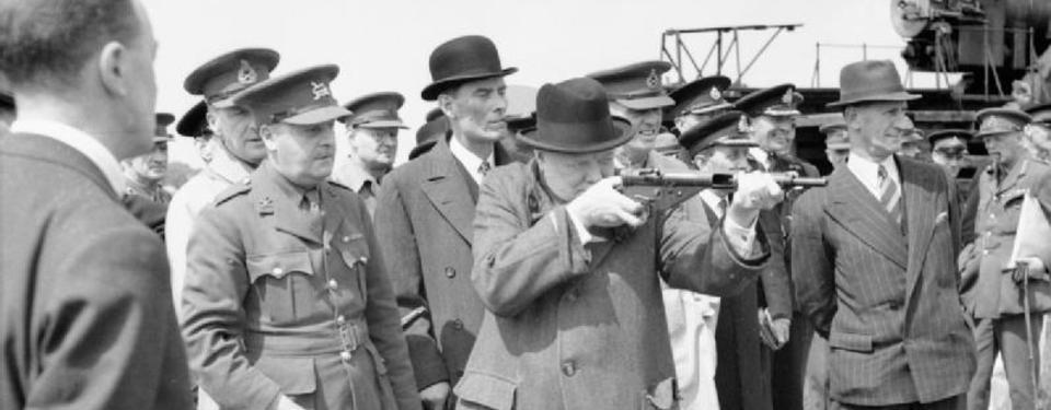Chruchill provskjuter gevär.