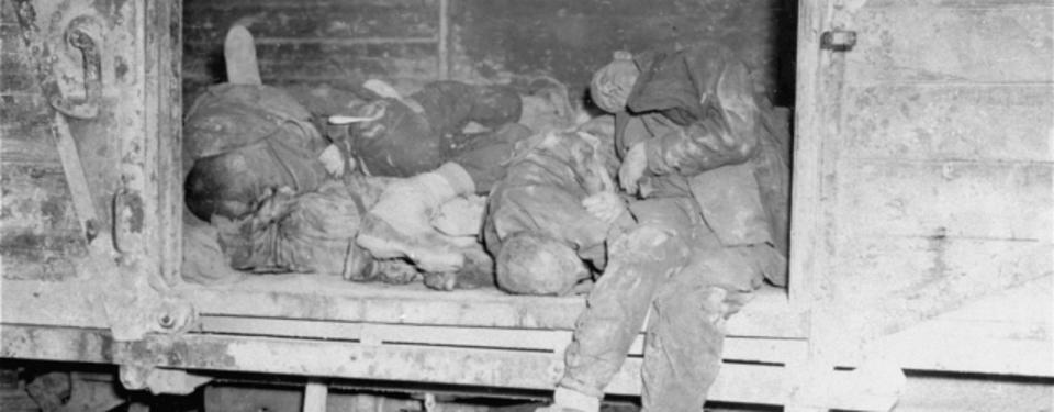 Bilden visar en öppnad tågvagn med ett femtal avlidna människor liggandes tätt och på varandra.