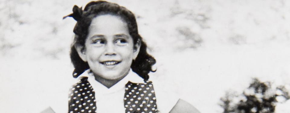 Närbild på leende flicka.