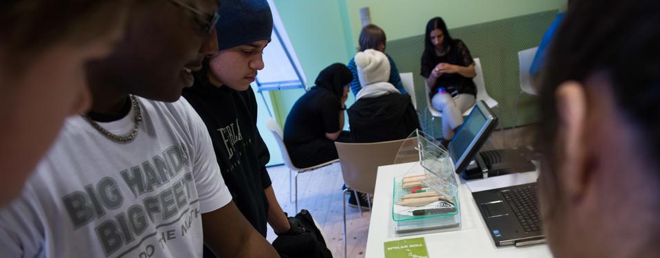 Bilden visar ungdomar i utställningen.