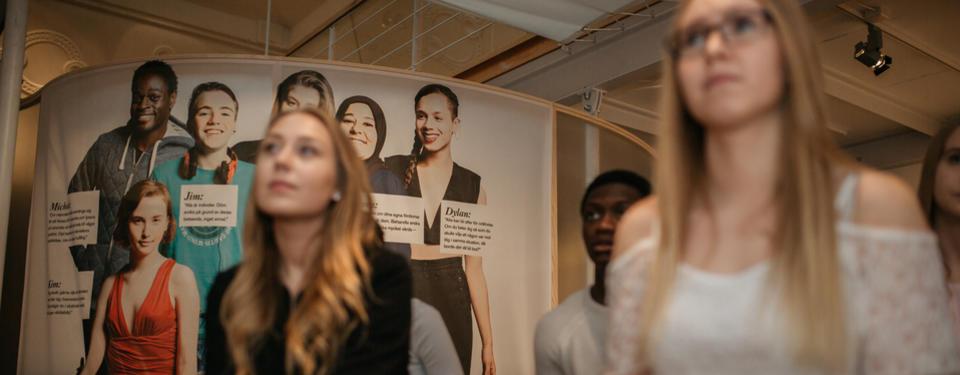 Elever på workshop i utställning.