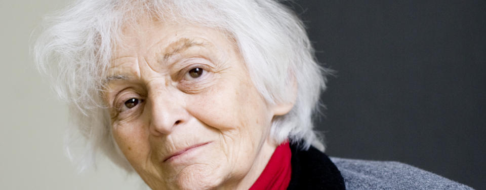 Porträtt på äldre, vithårig kvinna.