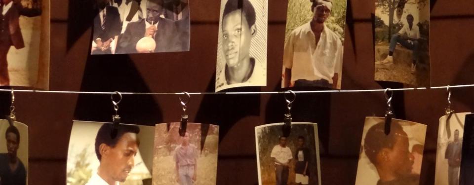 Bilden visar upphängda porträtt av personer som försvunnit.