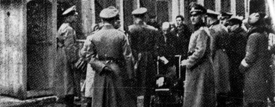 Svartvitt foto på en grupp män ur Gestapo, tyska säkerhetspolisen.