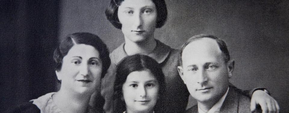 Bilden visar ett familjeporträtt.